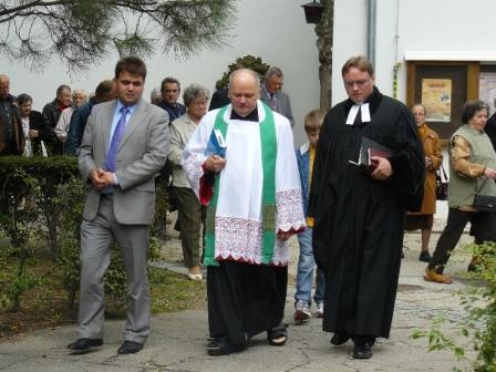 Od prawej: ks. Cezary Królewicz, ks. Kazimierz Pracownik i burmistrz Dominik Mantelski
