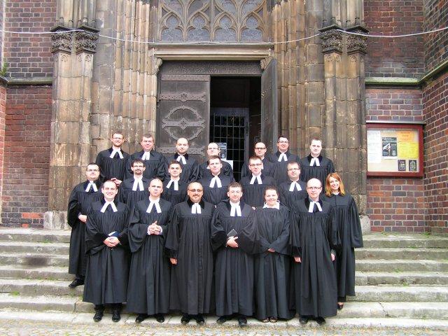 Część uczestników Instytutu Pastoralnego po nabożeństwie w Legnicy
